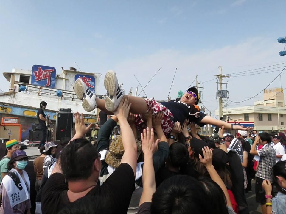 官秉學,台灣獨立樂迷,出沒國內外大小音樂祭,以各種怪招聞名。
