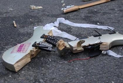 濁水溪公社的千元吉他殘骸。演出影片請參考馬世芳的現場紀錄。