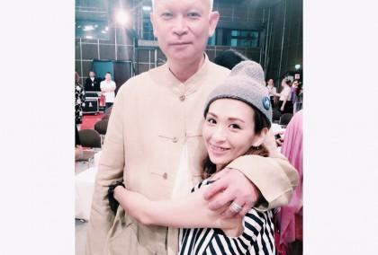 魏如昀與爸爸。「我的爸爸 像樹一樣高,他是我的支柱 是我相信的一切。」