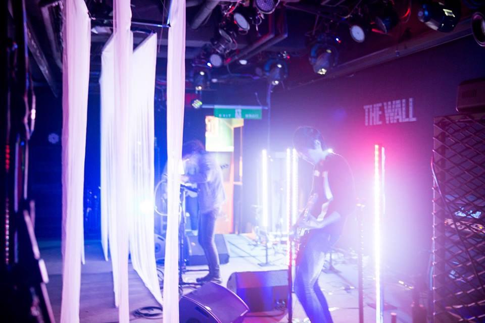 曾獲得金音獎最佳電音專輯殊榮,在今年即將發表「Enter Darkness」計畫並推出少量黑膠唱片的棋盤上的空格,以搖滾樂隊之姿,用冷冽的電子合成訊號排列鋪陳,堆疊出最迴盪的情緒氛圍。