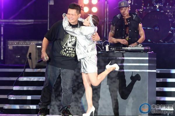 第四屆金音獎邀瑤瑤與饒舌創作歌手合作,新鮮有話題性,引起媒體報導。
