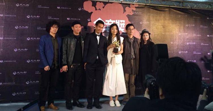 王榆鈞與時間樂隊拿下最佳民謠專輯,王榆鈞也感謝家人特地到場支持。
