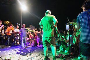 巨獸搖滾的特點之一就是演出者和觀眾之間幾乎沒有距離。
