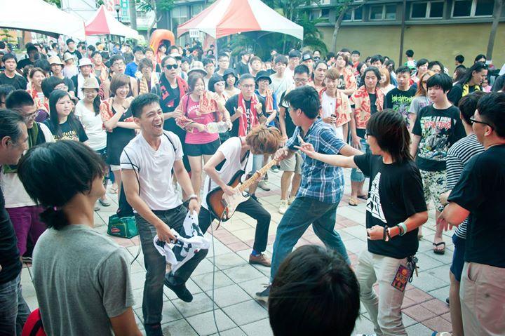 和樂團在演出時玩在一塊很開心,但如果沒受到邀請千萬不要自己跳上台!