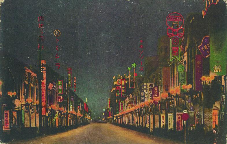 1930台北榮町通(今中正區衡陽路),可見當時由日本人經營的古侖美亞唱片行招牌,〈雨夜花〉此曲也是由該唱片行出版。