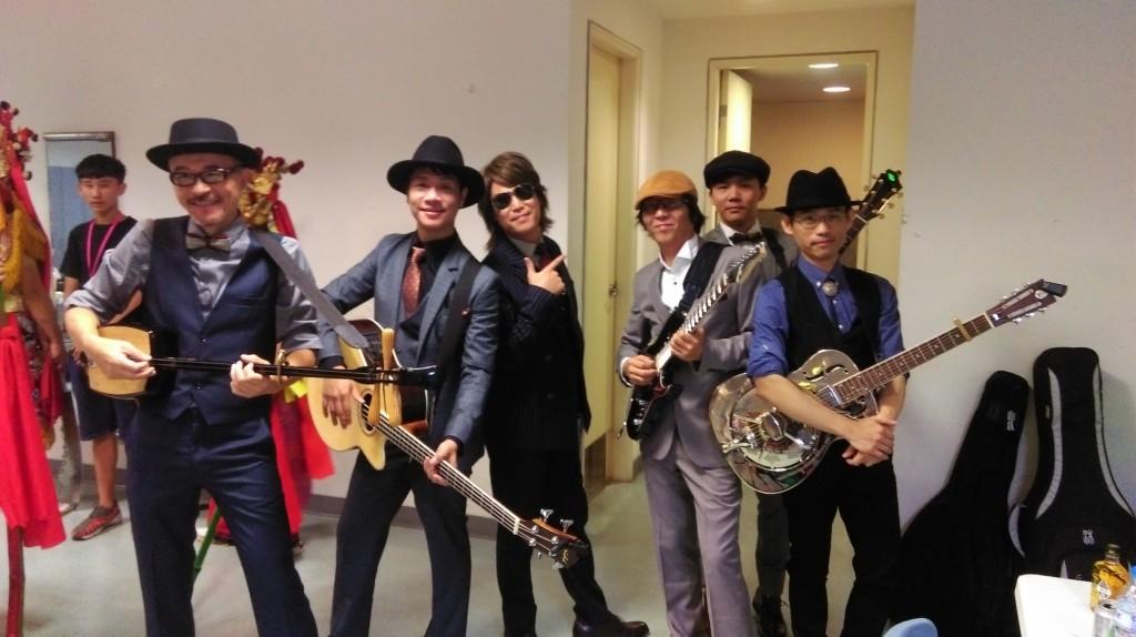 中間的是...樂團老闆嗎?