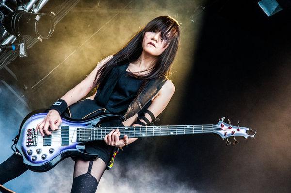 臺灣金屬 Bass 女神。即使拿較脖子較粗的 5 弦依然修長