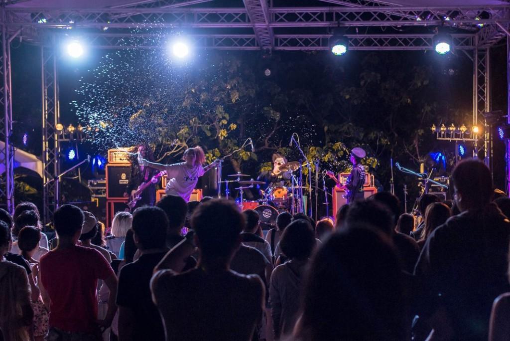 春吶沒有遙不可及的大型舞台,輕易與樂團近距離互動。