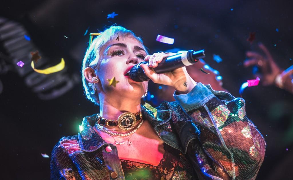 邪典甜心 Miley Cyrus 去年受邀站上 SXSW 舞台。(Via Billboard)