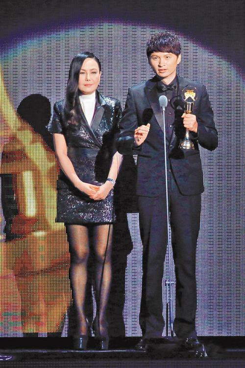 圖四:陳建瑋在第25屆金曲獎上一鳴驚人,從江蕙(圖左)手中領過最佳台語專輯獎。