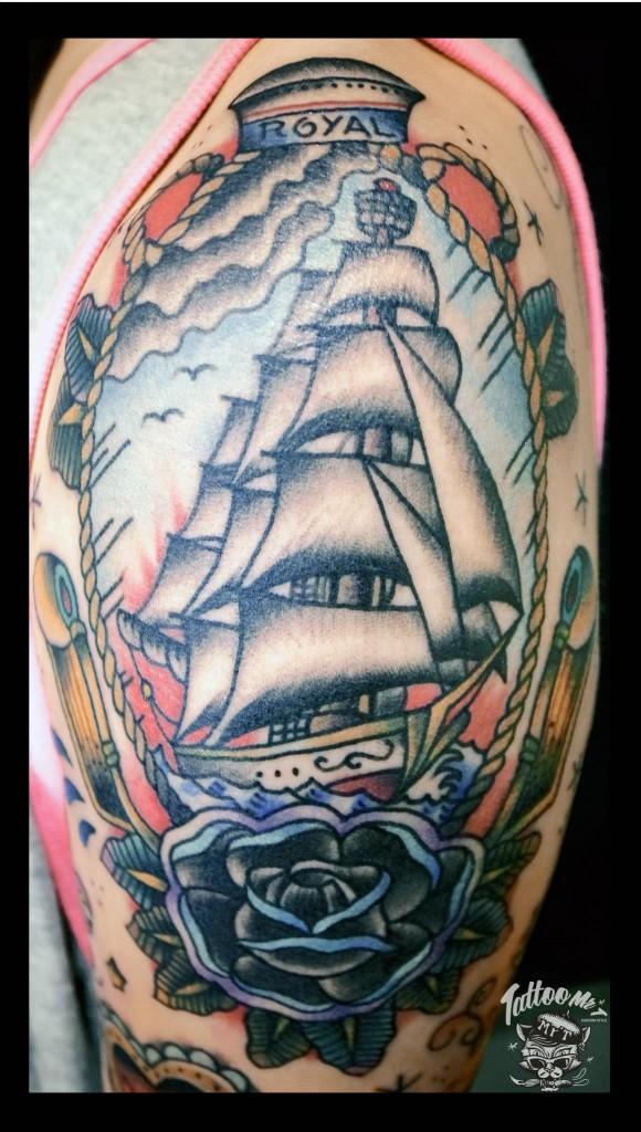 美式傳統刺青或稱老學校(Old School)風格源自於被暱稱為「水手傑瑞」(Sailor Jerry)的 Norman Collins 於 1930 年代所發揚光大,特色為粗線條、清晰的黑色輪廓,並運用極少量而飽滿的原色調和運用。傳統刺青的圖樣如骷髏、玫瑰、匕首,以及航海水手文化符碼等。