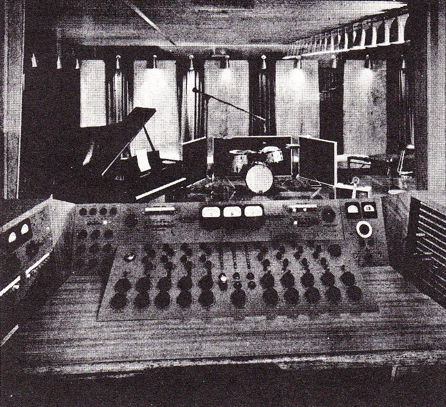 樂團提到阿公樂團第一次錄音的錄音室「南王音樂工作室」,時間是民國 54 年11月 ,攝於高雄市苓雅區。現已改建變成一間 7-11 便利超商。