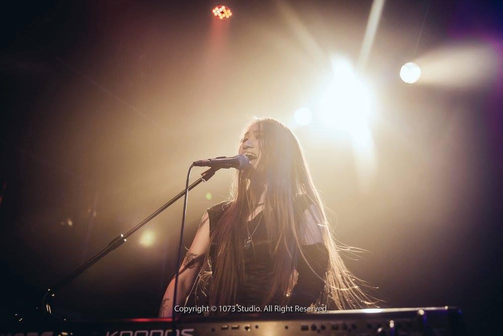 Nocturne Moonrise 月夜曲中的亮點鍵盤手玫穎,除了是唯一的女性團員,她卓越的鍵盤技巧與聲樂合音,讓樂團作品層次更加豐富。(照片來源 Via Metal Monster Asia)
