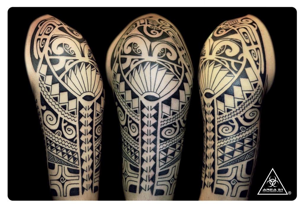 源自波里尼西亞群島當地原住民族,並有著毛利人、薩摩亞傳統圖騰所延伸的刺青風格;這一類獨特的圖騰外觀造型設計辨識度極高,是根植於部落中的刺青師為個人所進行的獨特創作,圖騰亦有其個別意義。通常是經由部落內的刺青師操刀,透過純手工刺青並有習俗禮儀的過程進行紋身。