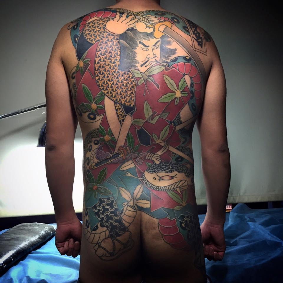 由日式傳統的手彫工藝所啟發,傳統的日式風格刺青因為日本極道而廣為流傳,如同美式傳統刺青有著鮮明的黑線輪廓,以及少量的漸層處理;題材大致來自於傳統日本神話以及民間故事角色等,日式傳統刺青圖樣大多有蓮花、鯉魚、龍虎、武士以及海浪。