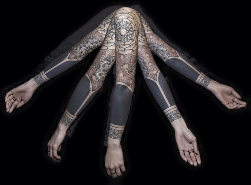 極黑風格通常只使用黑色的墨液呈現圖像,近乎毫無立體感的層次可言,以堅實而完美的黑色色塊、實線、線條藝術,以及鱗紋、格紋等多種紋理組成,與留白處產生強烈對比。各種大小的曼荼羅是極黑風格中常見的圖像。