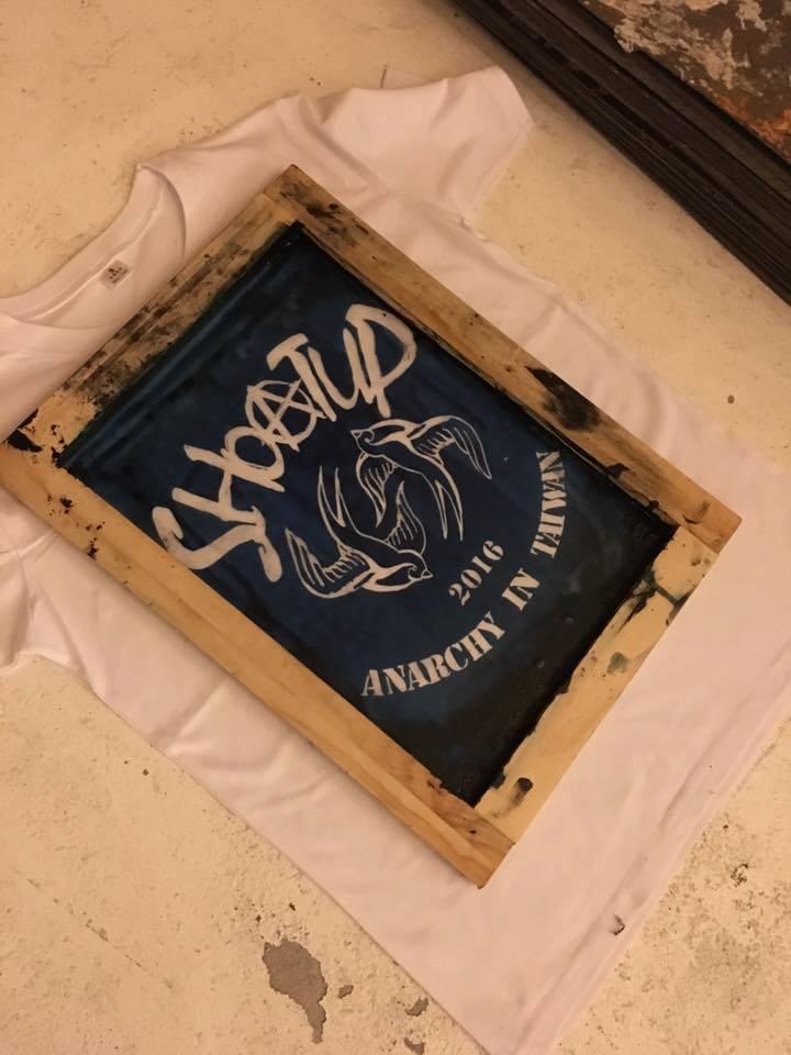 3/31 在表演前夕,印製 T 恤讓