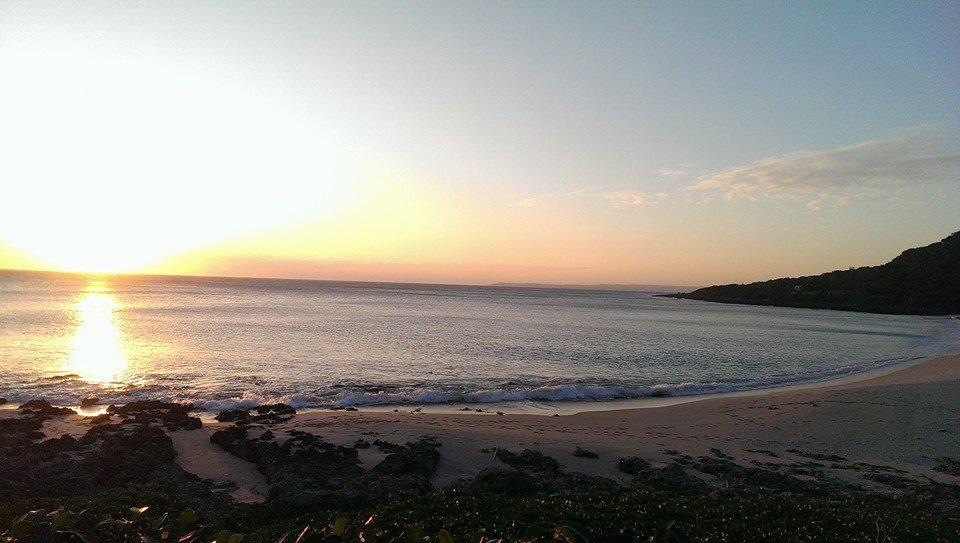 跨過馬路,清涼露營區正對面是一整片貝殼沙灘,十分愜意美麗。(Photo Via 清涼露營區)