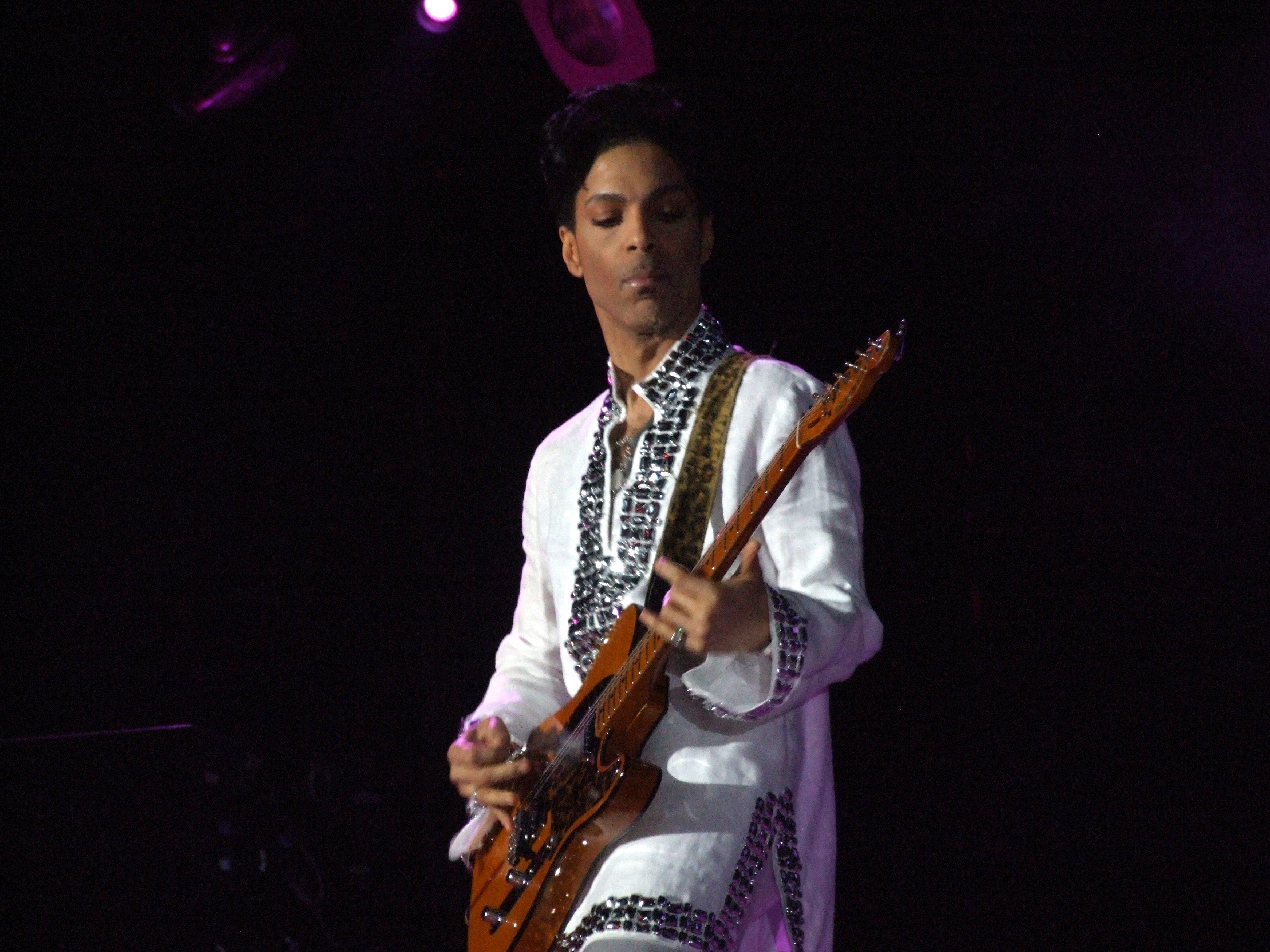 於 Coachella 音樂節表演的Prince。( Photo via Wikipedia)