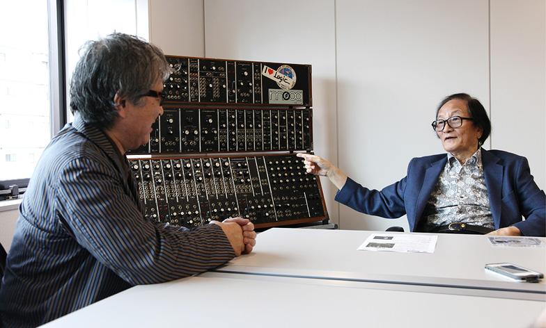 冨田勲(右)在「Isao Tomita: Moogへの夢想」訪問中介紹他們與 Moog Modular System 的故事,左為松武秀樹 (Photo credits Kohei Matsuda)