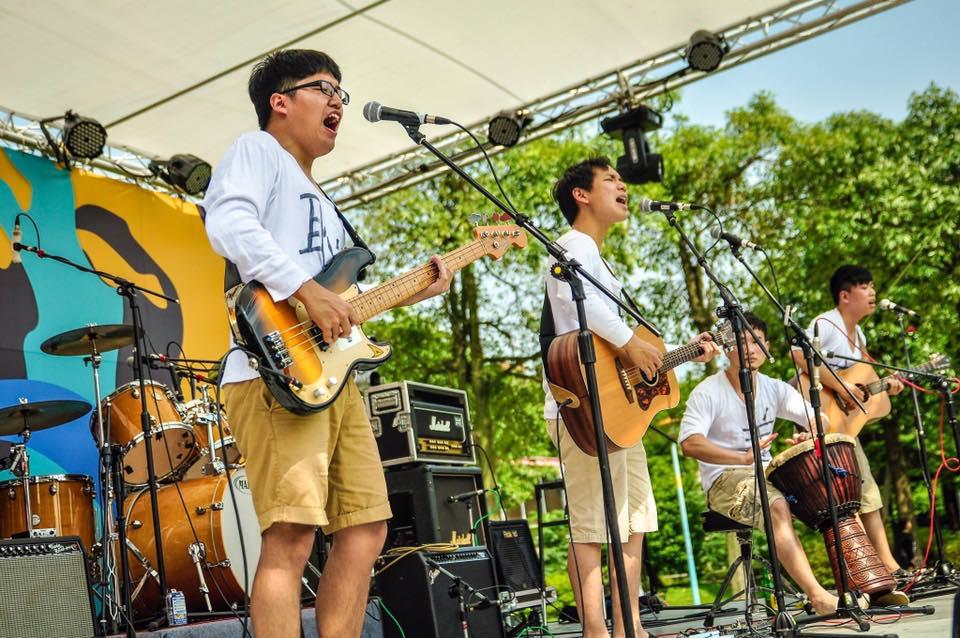 此次特別請到五五身的吉他手兼主唱蕭靖謀 (右二) 擔任 session樂手