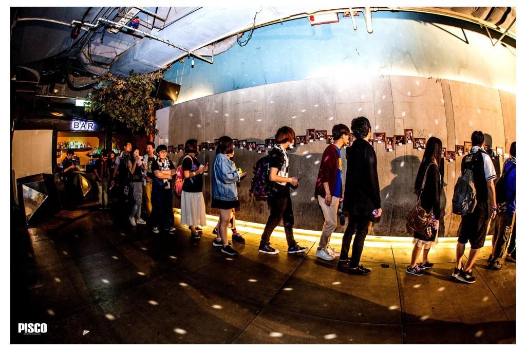 樂迷排隊入場並欣賞攝影展照片。