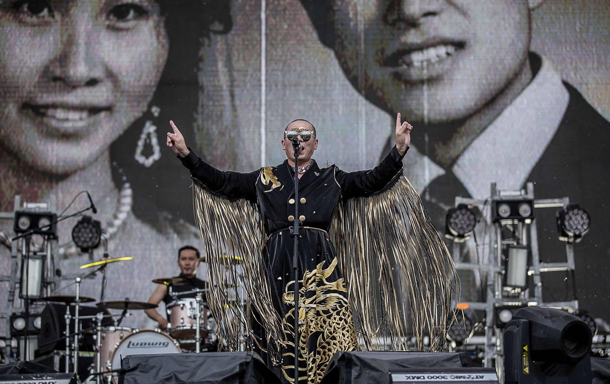 參演 2016 草莓音樂節的二手玫瑰依舊生猛;主唱梁龍身上的服飾由北京服裝設計師 Iris Wang 設計,不改騷包冶豔。(via 樂團服裝設計師 Iris Wang)