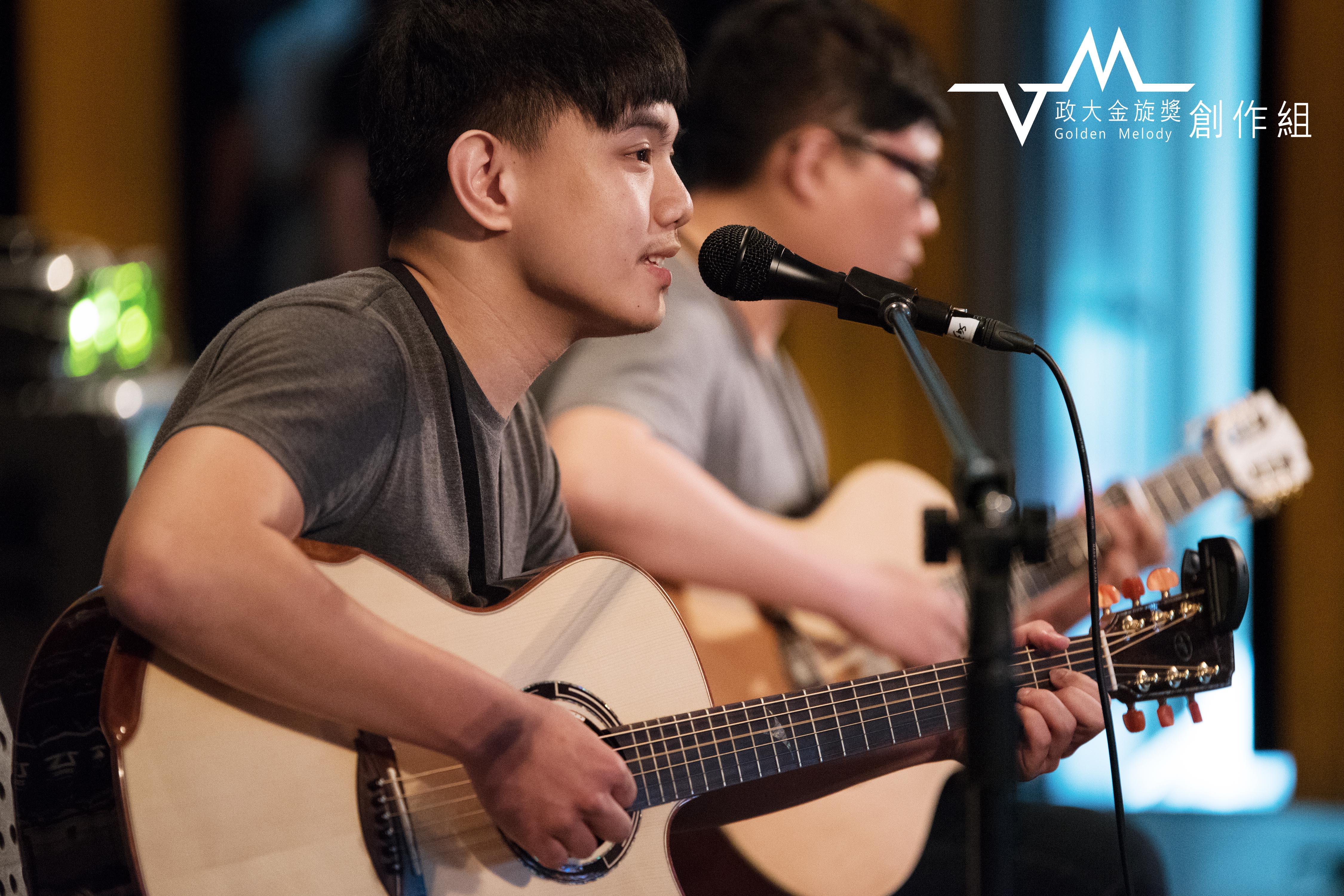 挺進決賽的楊肅浩藉創作曲「阮的青春,汝的汗 」訴說對過世祖母的懷念,回憶的片段透過歌聲感動了在場的每個人。