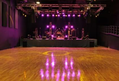 處於九龍灣國際展貿中心的 600 人 Livehouse Music Zone 由上市公司合和實業擁有