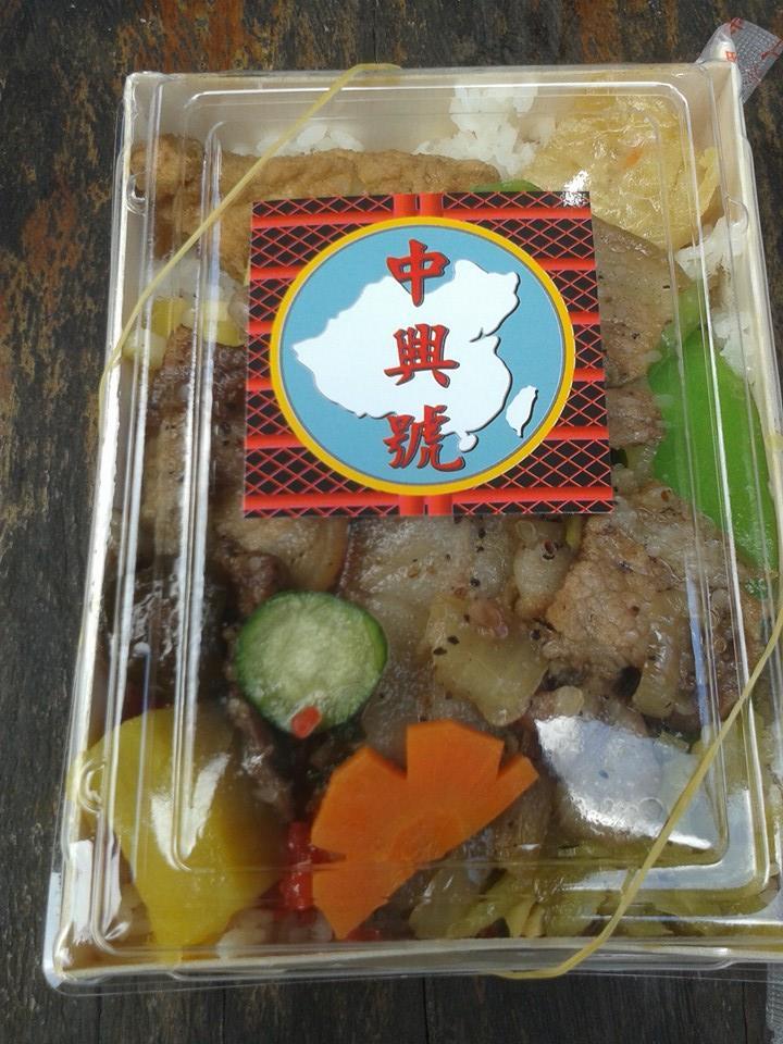 上面印著中國和台灣地圖的復古風奮起湖山豬肉便當「中興號」
