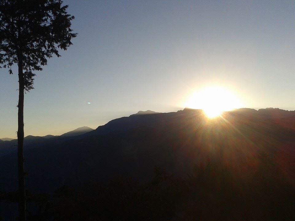 零下三度,海拔2400公尺,今早的嘉義阿里山日出,從東北亞最高峰玉山上方(海拔約3900公尺)出現