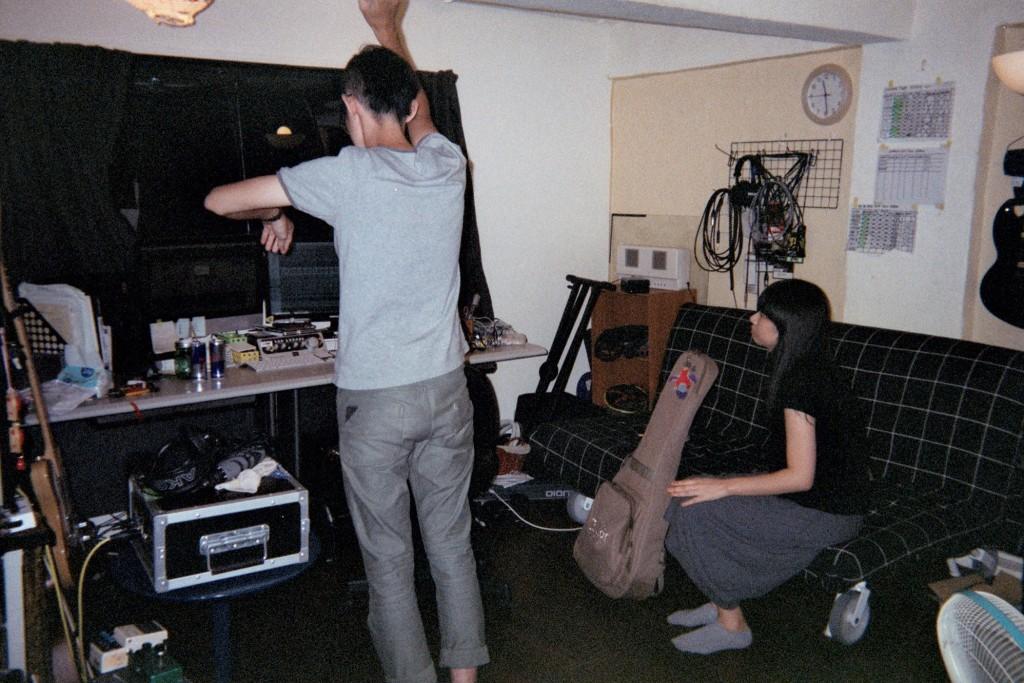 一次錄音結束後,團員們在錄音室直接睡到下午