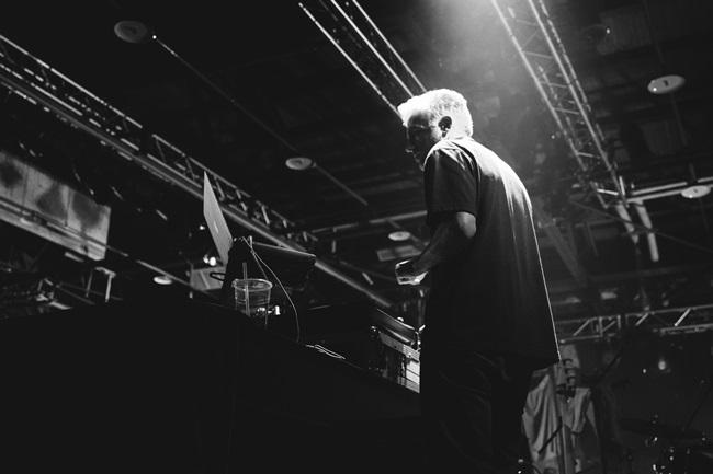 1_派對序幕首先由 DJ Twohands 用精湛的唱盤藝術帶領現場群眾進入派對裡
