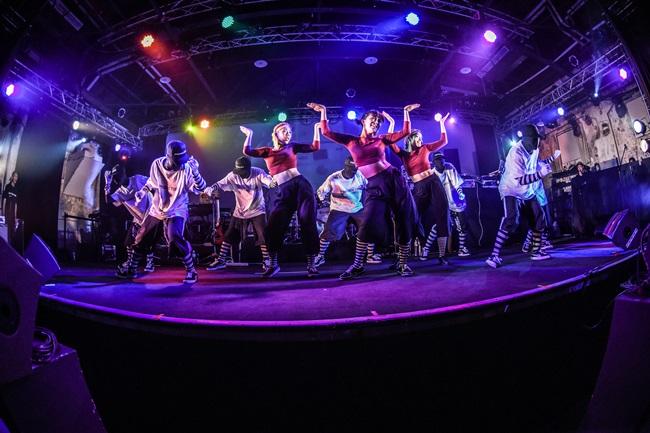 2_整齊劃一的收放動作,搭配靈活強勁的肢體,IP LOCKERS 及女團帶來完美搭配的強勢 Funk 舞蹈