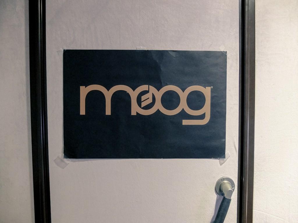 身為 Moog 的愛用者,工作室也張貼了 Moog 的海報