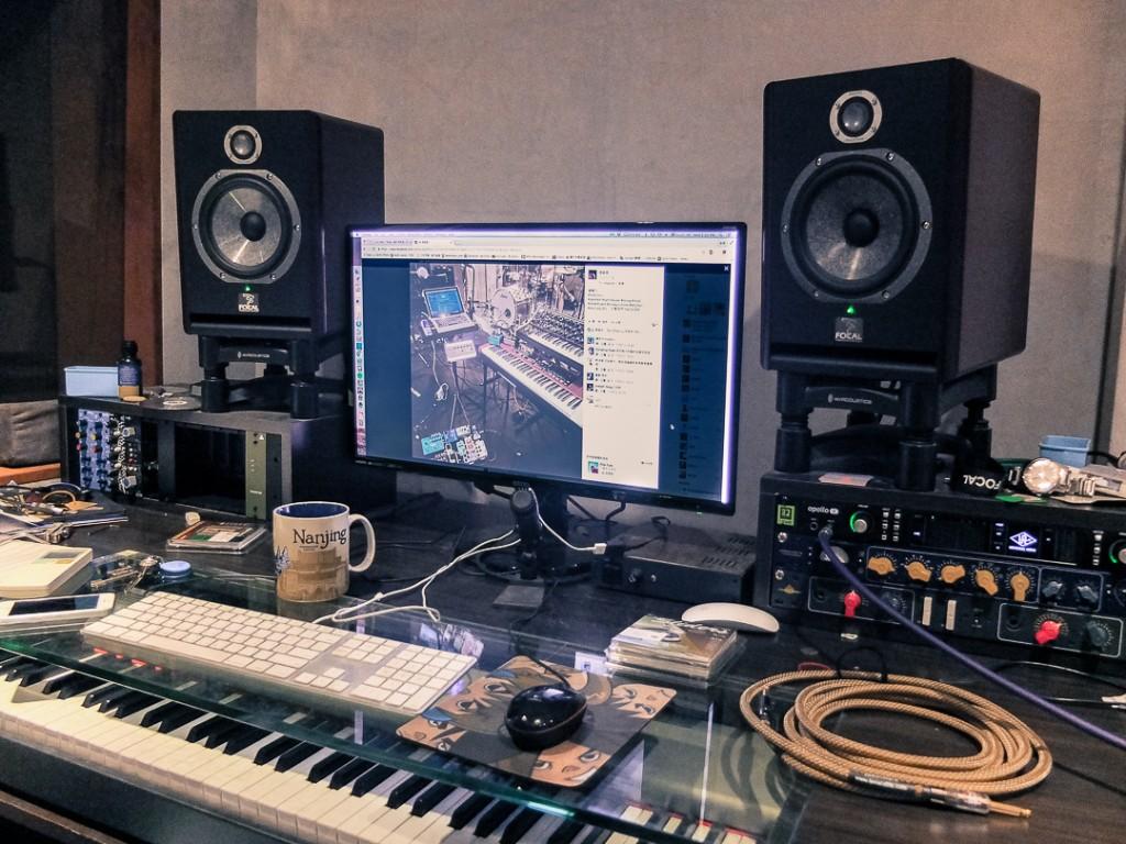 李詠恩工作室的工作台,稍顯凌亂的擺設顯示出平時的忙碌與專注