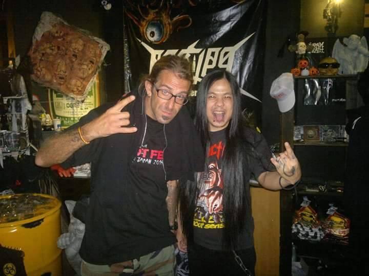 阿峯(右)與 Lamb of God主唱 Randy 合影。