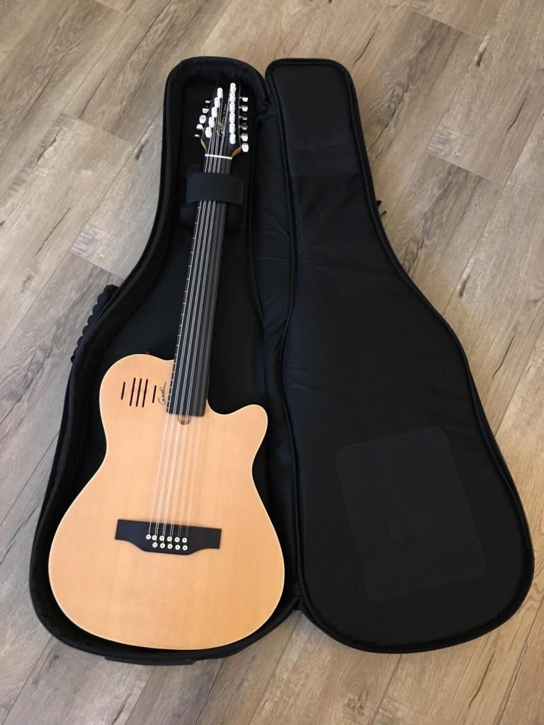黃培育在專輯中彈奏無琴格的怪吉他,柯智豪說他還有一些怪琴,像是最近買的十一弦無格吉他,也只有黃培育會彈。