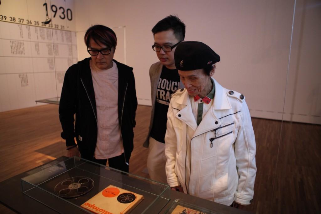 資深音樂人文夏、林沖與策展主人人築點設計鍾秉宏一同瀏覽展品,圖為早期錄音用盤帶