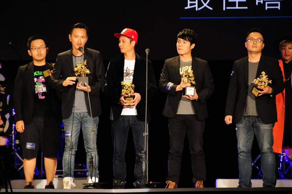 勞動服務拿下今年金音獎最佳嘻哈專輯大獎。(照片來源:勞動服務Facebook)