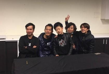 四分衛樂團與小小鼓手岳駿合影