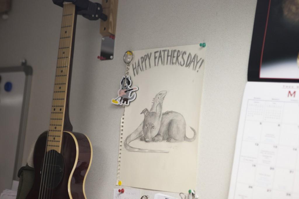 出自二女兒之手,祝賀父親節的繪畫,上面是家中養的狗與王治平很愛的蜥蜴