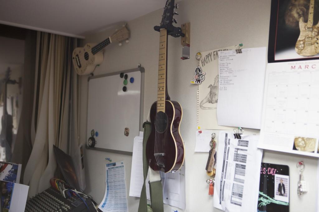 挪威製琴師 Øivin Fjeld 的手工 G-sharp guitar,由於琴身短,開放弦 E 調成 G#,適合旅行用,另一側還有一顆 Volume 旋鈕
