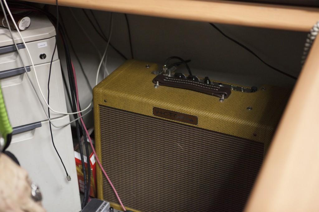 辦公桌下藏著王治平老師也很喜歡的 Amp Victoria,仿 Fender,同樣很像上述的 The Edge 復古音箱