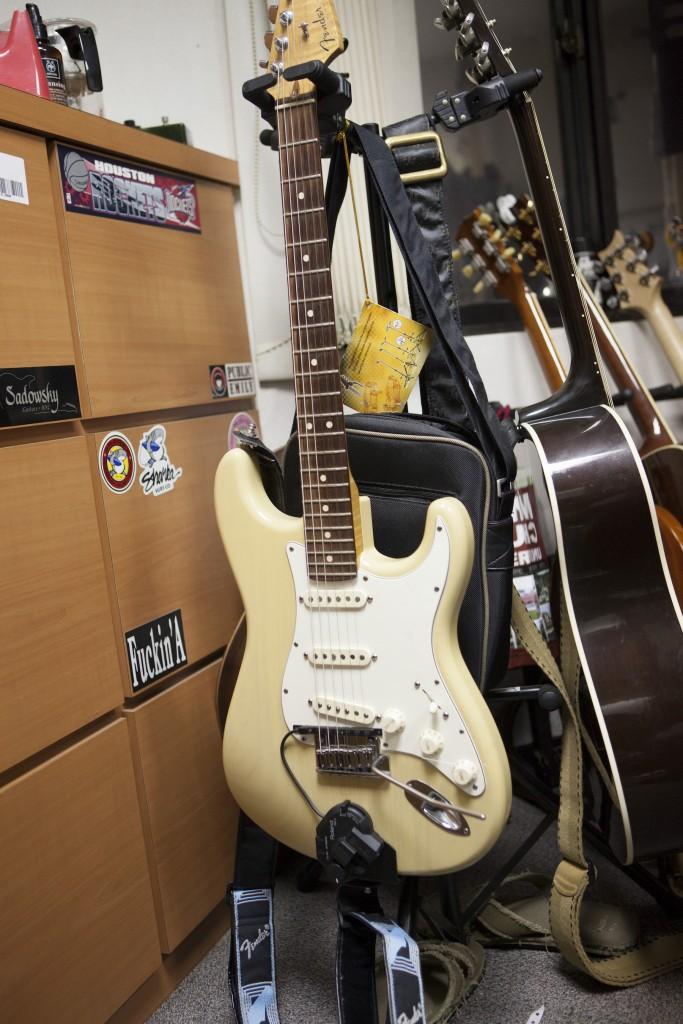 裝了 midi pickup 的 Fender Stratocaster,接上 midi 器材直接就可以用