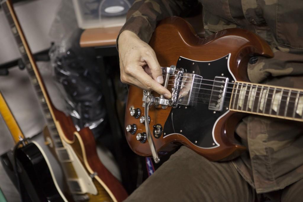 Gibson SG,後面加了經典的 Bigsby 線性搖座,bridge 也換過