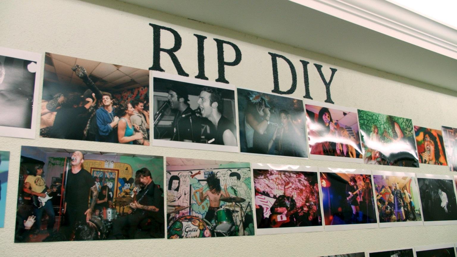 02_《再見地下布魯克林》片中牆上「安息吧!DIY精神」的標語