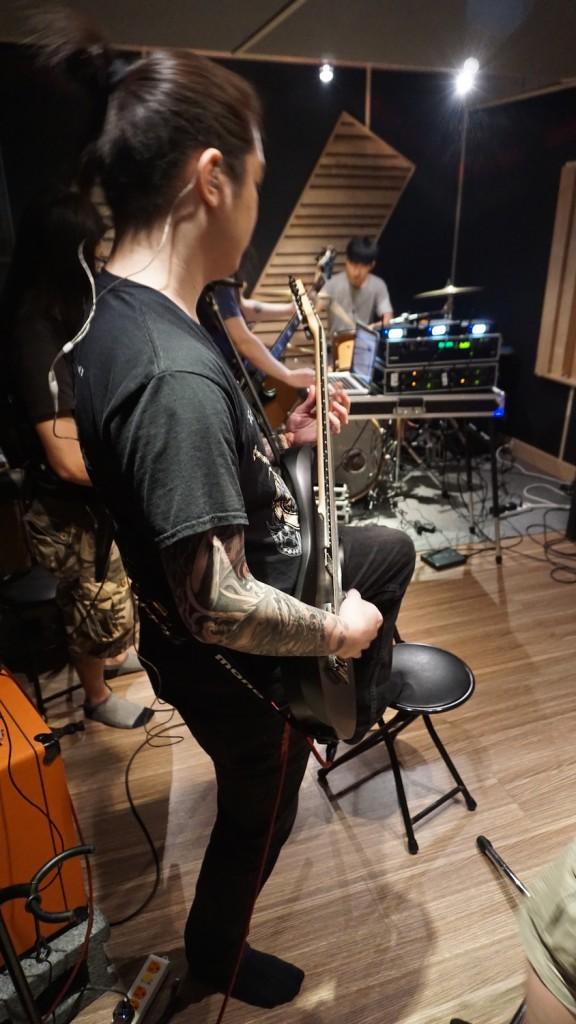 專業的金屬樂團吉他手,練團時全程踩椅子也是合情合理的