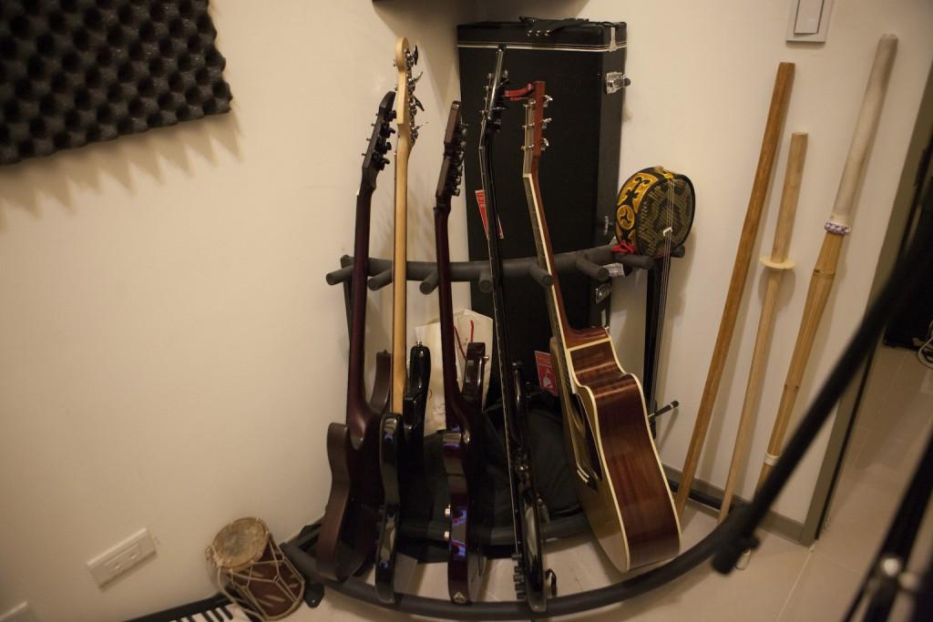 小戴放在兼工作室家中的部分樂器,有部分開始用於下張專輯創作,還有他最近開始練劍道的竹劍,算是創作取材(?)