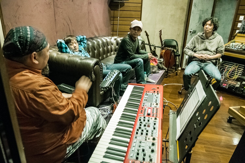 製琴師川畑完之(後右)是樂隊成員長期合作的夥伴,這次錄音過程也到場協助。